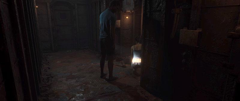 Mies osoittaa naista taskulampulla peppuvakoon.