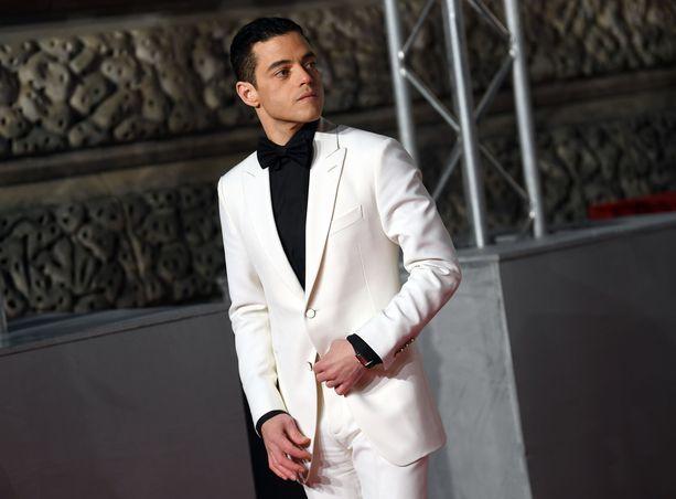 Rami Malek valkoisessa puvussaan.