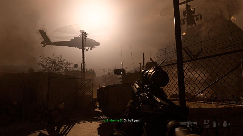 Helikopteri kiitää valoa vasten.
