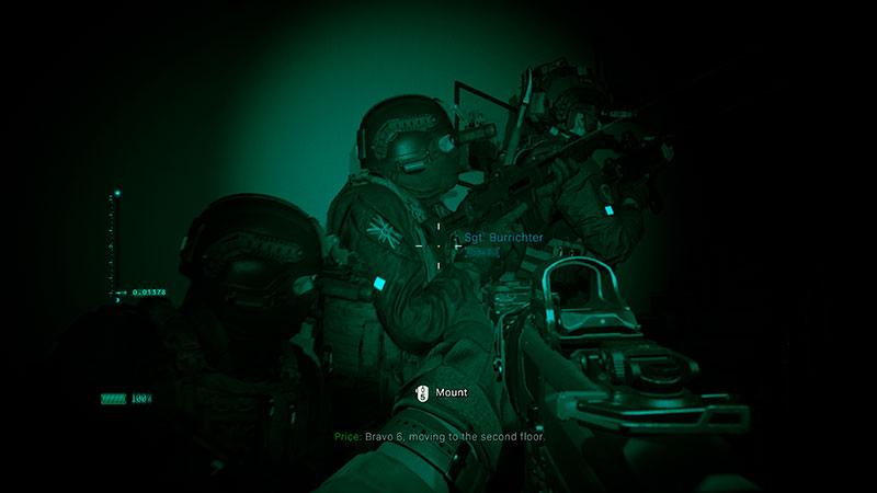 Sotilaat hiippailevat yökiikareilla pimeässä.