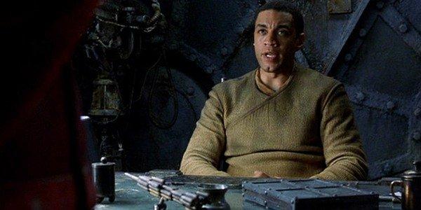 Commander Lock paasaa pöytänsä takana.