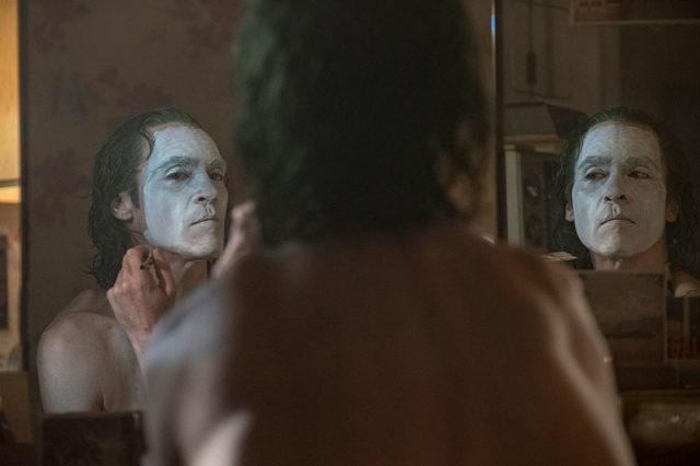 Jokeri maskaa naamaansa.